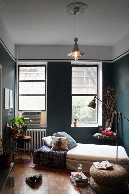 Mėlyna spalva, lova miegamojo interjere