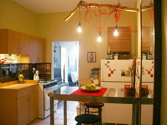 Lempos, kabantys laidai, virtuvės interjere