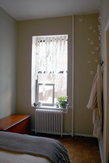 baltos dirbtinės gėlytės miegamojo interjere
