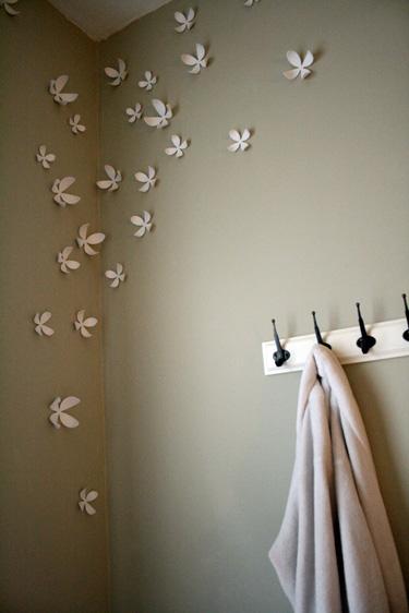 dirbtinės gėlytės ant sienos miegamąjame