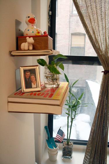 lentynėlės, langas, palangė, vintage interjeras
