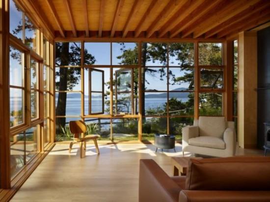 Svetainės kambario interjeras su medine apdaila