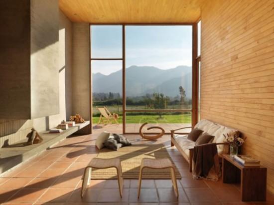 Kalnų vaizdas pro svetainės kambario langus