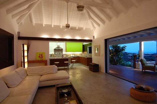 svetainės interjeras su aukštomis lubomis