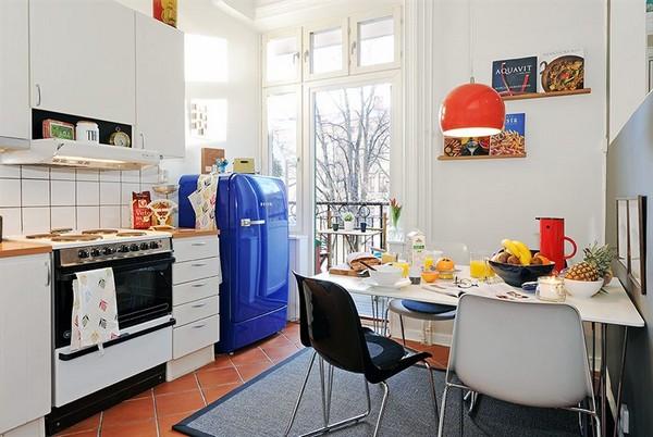 mėlynas šaldytuvas virtuvėje