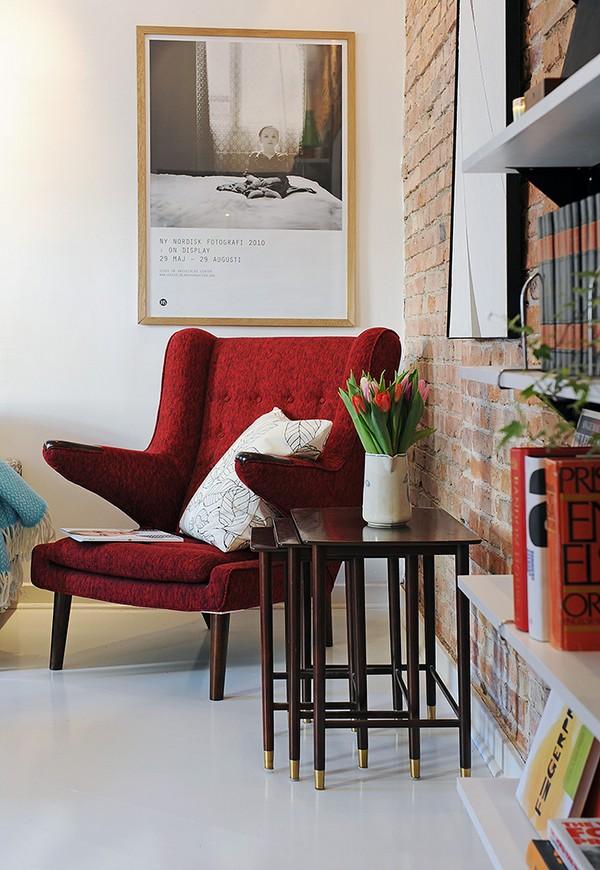 raudono gobeleno fotelis svetainės interjere