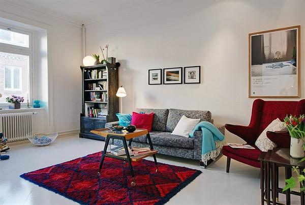 raudonas fotelis, kilimas svetainės interjere