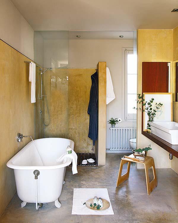 stilių kontrastai vonios interjere