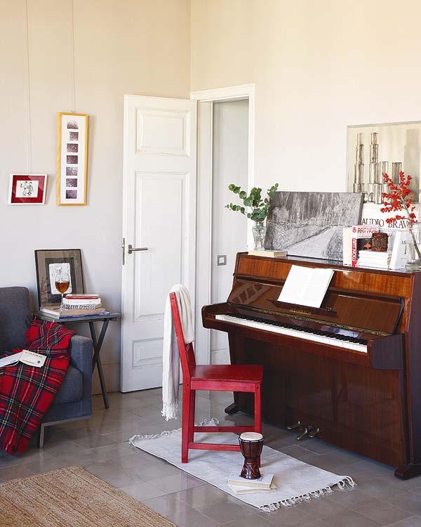 pianinas, raudona kėdė kambario interjere