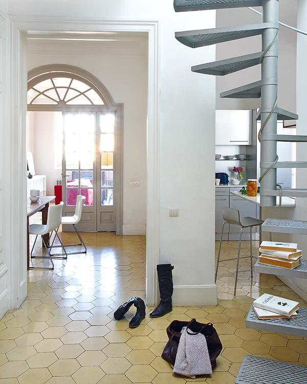 metaliniai, sraigtiniai laiptai namo interjere