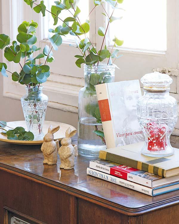 vaza su gėlėmis ant stalo