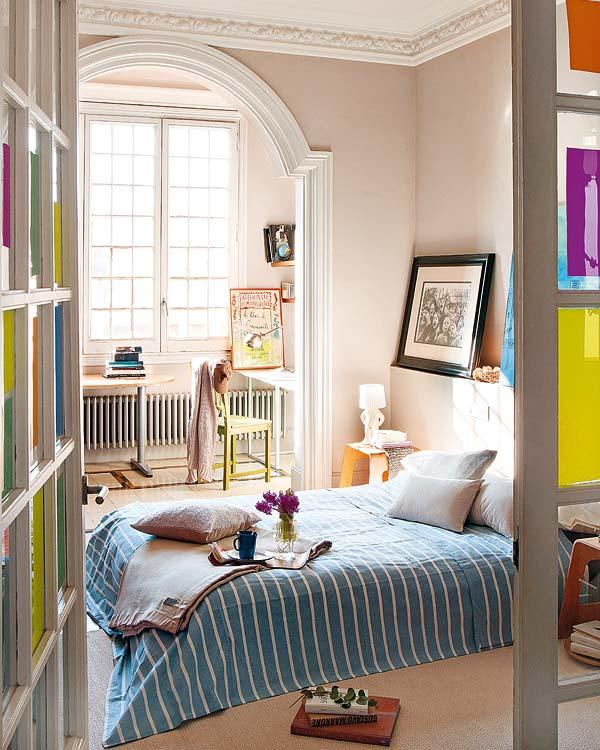 mėlynai - baltai dryžuota antklodė miegamojo interjere