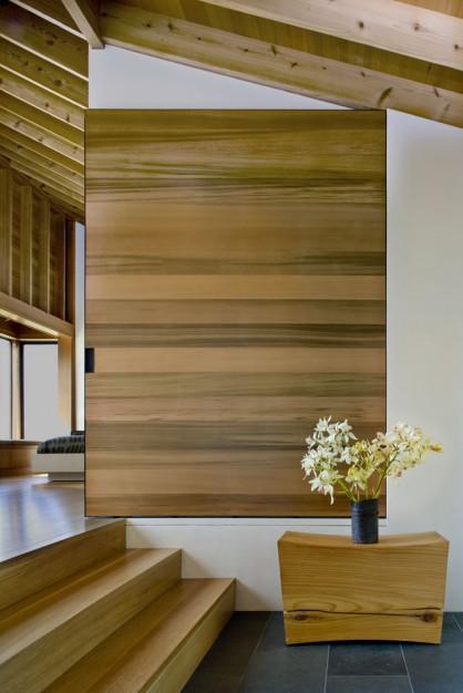 judanti medinė pertvara namo interjere