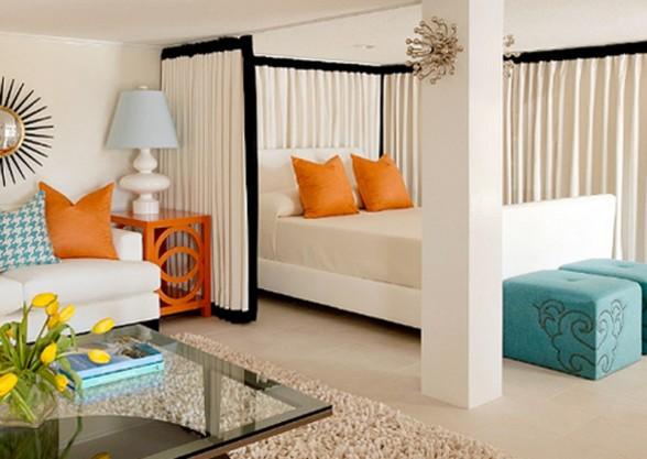 oranžinė, akvamarino spalvos miegamojo interjere