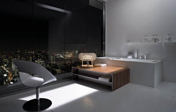 miestas naktį už vonios kambario lango