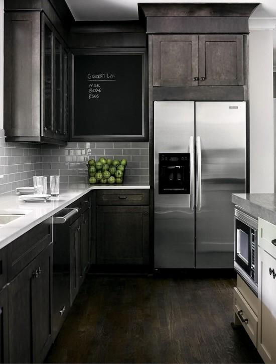Virtuvės interjero fragmentas juodai baltame namo interjere interjere