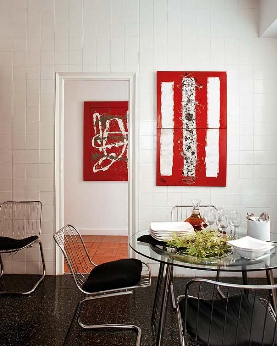 baltos plytelės ant sienos, raudoni paveikslai