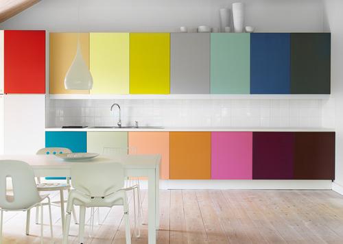 įvairių spalvų virtuvės spintelės