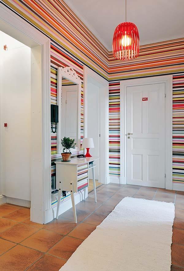 juostuoti, ryškių spalvų tapetai prieškambario interjere