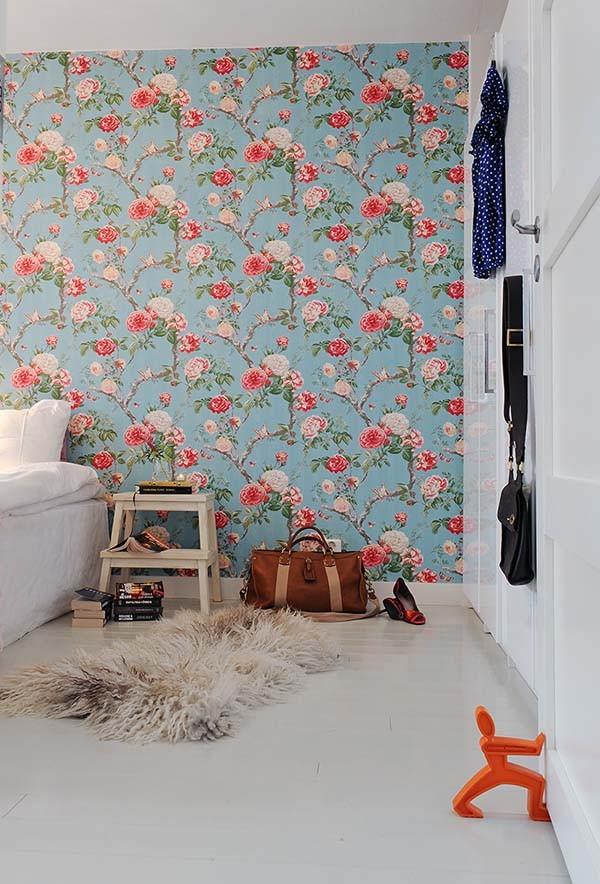 tapetai, raudonos, rausvos gėlės melsvame fone miegamąjame