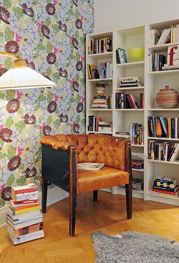 spalvingi tapetai darbo kambaryje ar bibliotekoje