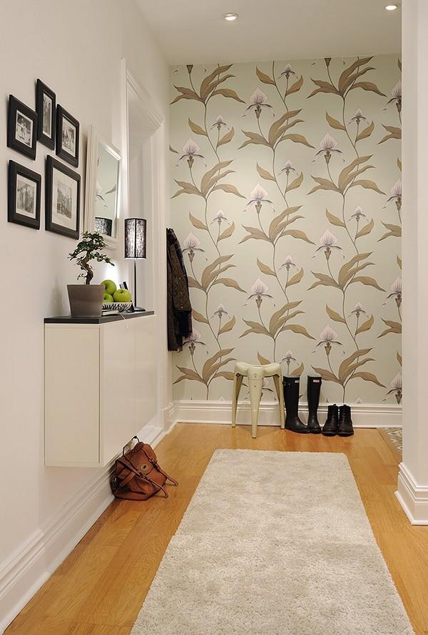 rudai baltai gėlėti tapetai koridoriuje