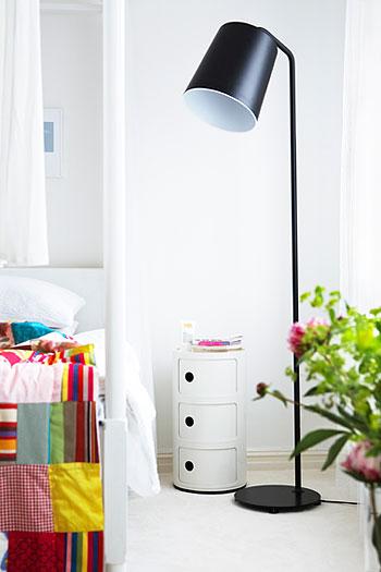 spalvoti lovos užtiesalai baltame miegamojo interjere