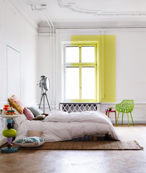 geltonas akcentas ant baltos sienos ir lango