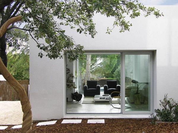 Medis, plytelės balto namo eksterjere