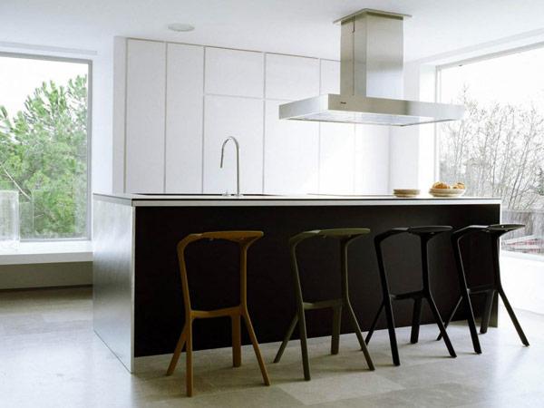 virtuvės sala, langai vitrinos virtuvės interjere