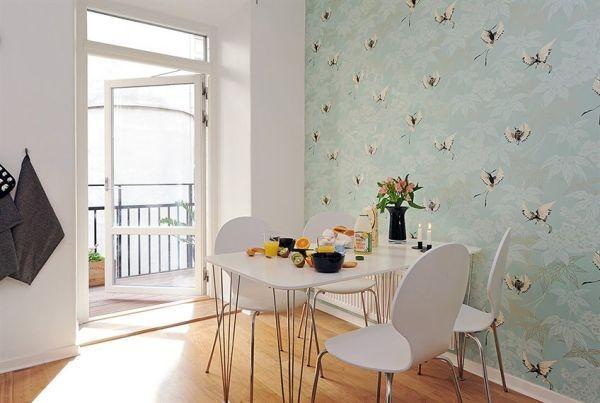 pilkšvai žalsvi tapetai ant sienos kambario interjere