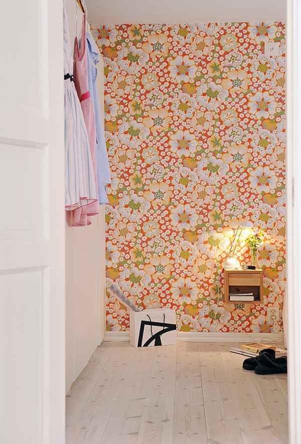gėlėti tapetai ant sienos kambario interjere