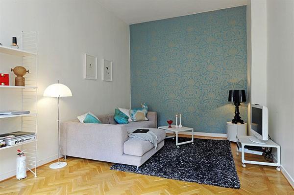 melsvai sidabriniai tapetai ant sienos svetainės interjere