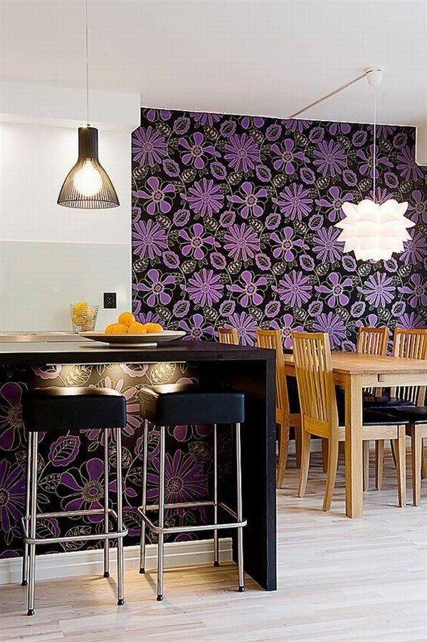 violetinės gėlės juodos spalvos tapetuose valgomojo interjere