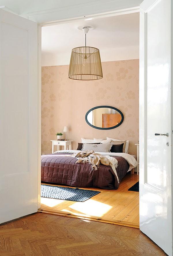 švelniai rudas tapetas miegamąjame