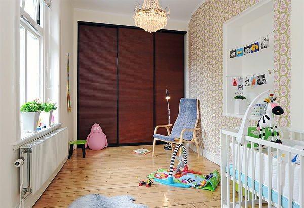 tapetuota siena su balta niša vaiko kambaryje