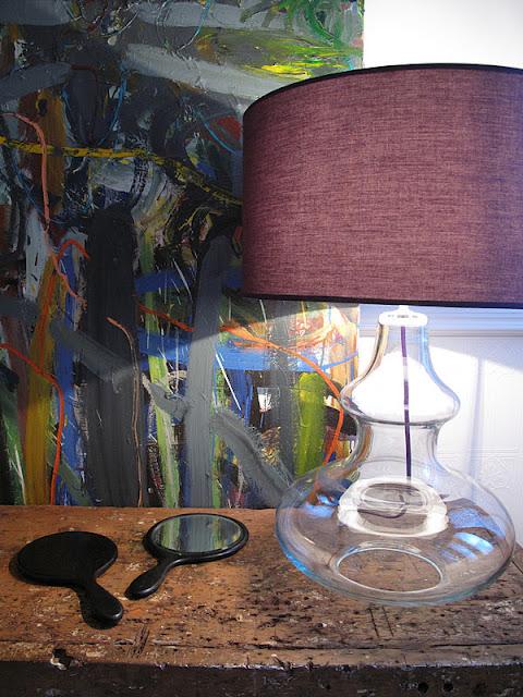 violetiniai šviestuvų gaubtai, paveikslas iš arčiau 2