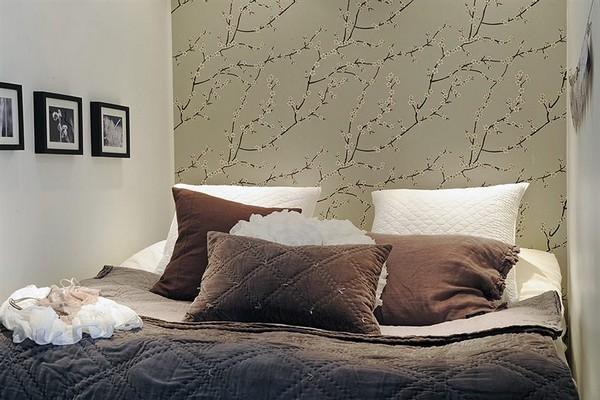 pilkšvi tapetai miegamąjame