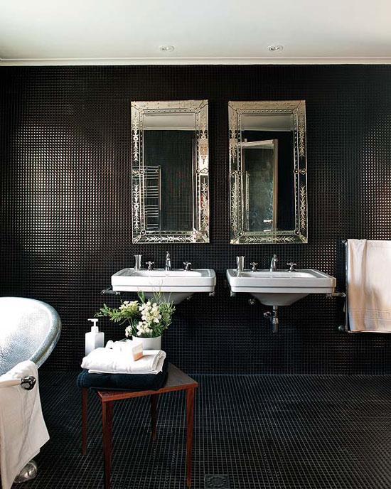 juoda balta vonios interjere