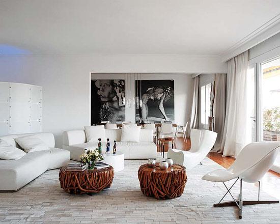 svetainės interjeras, pinti staliukai, balta sofa, juodi paveikslai