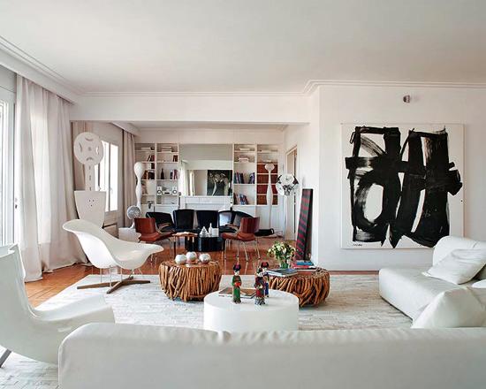 baltas svetainės interjeras, juodas paveikslas abstrakcija