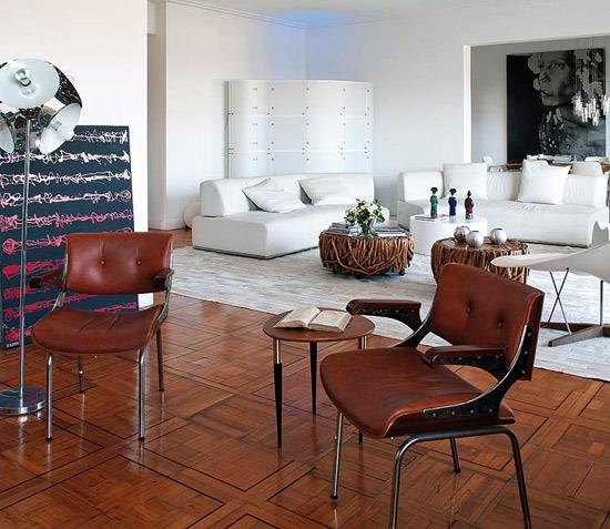 svetainės interjeras, balti, rudos odos baldai