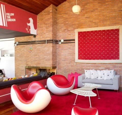 linksmas, raudonas biuro interjeras