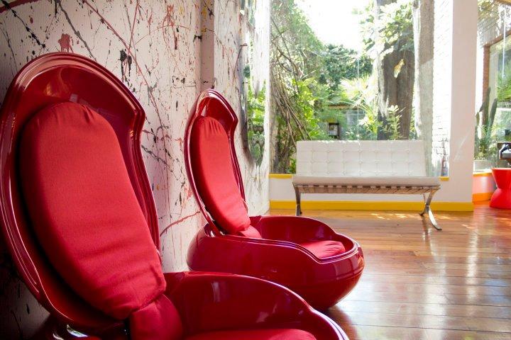 du raudoni foteliai biuro interjere