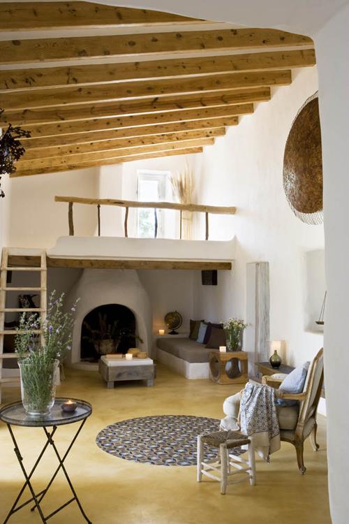 svetainės interjeras, židinys, medinės sijos