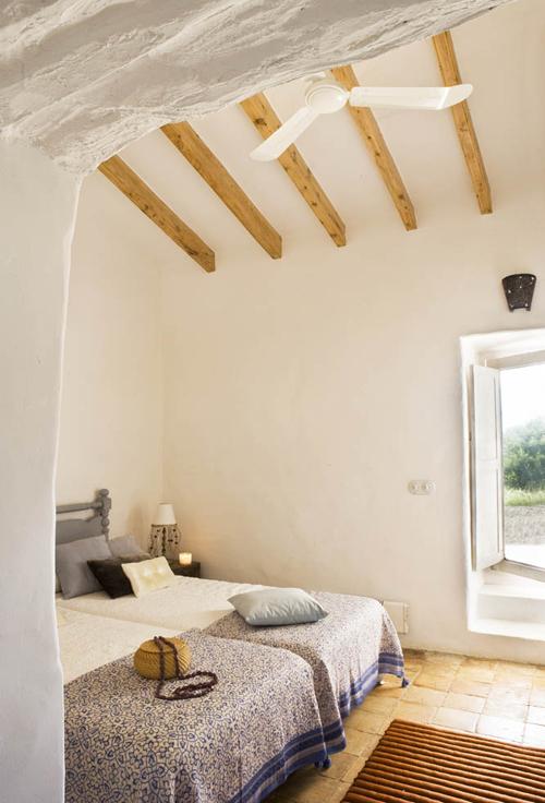 baltas miegamojo interjeras, medinės sijos