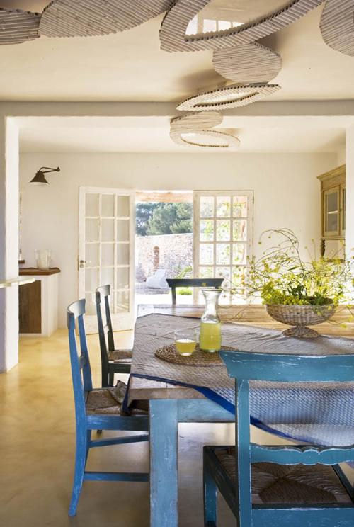 baltas valgomasis, mėlyni baldai