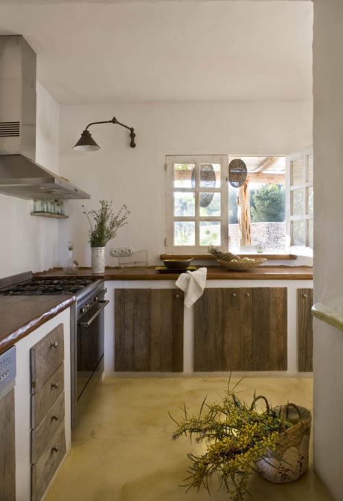 virtuvės interjeras, langas į lauko terasą