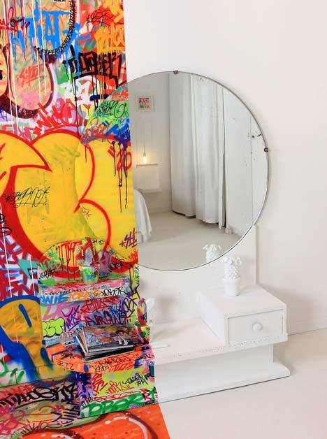 Grafiti viešbučio kambario interjere2