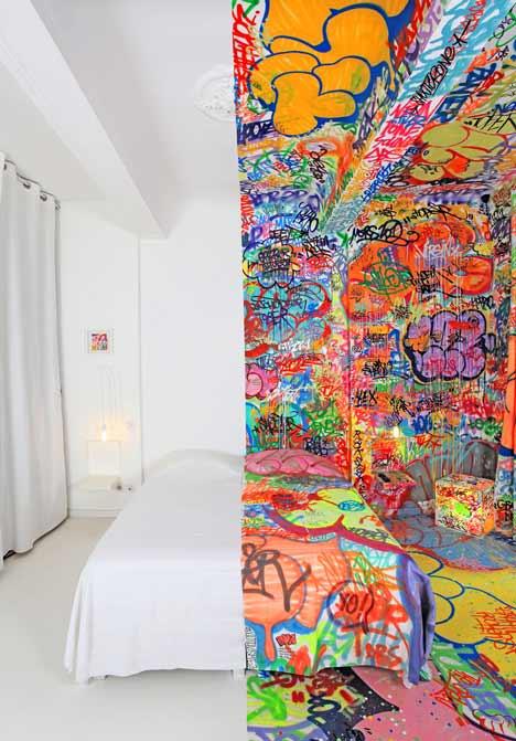 Grafiti viešbučio kambario interjere1